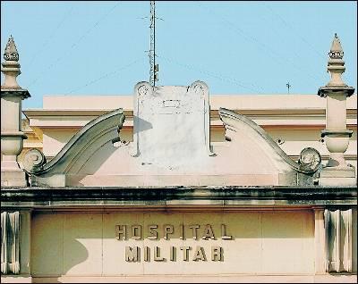 http://www.publico.es/espana/241213/defensa-retira-el-escudo-franquista-de-un-hospital